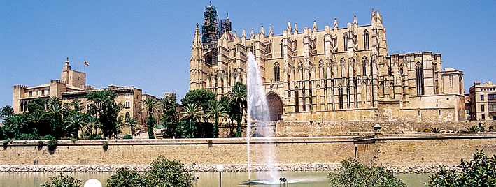 Fountain outside Bienvenido a la Cathedral de Mallorca